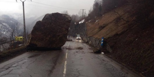 Francja - Potężny głaz zablokował drogę prowadzącą do kurortu narciarskiego Val Thorens w Alpach 3