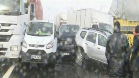 Turcja - Stambuł pod śniegiem, na jednym z odcinków trasy europejskiej E80 zderzyło się 45 aut 1