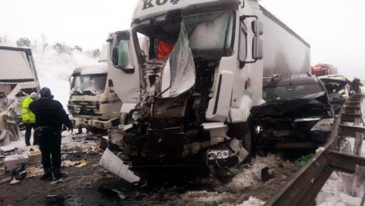 Turcja - Stambuł pod śniegiem, na jednym z odcinków trasy europejskiej E80 zderzyło się 45 aut 2