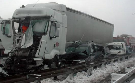 Turcja - Stambuł pod śniegiem, na jednym z odcinków trasy europejskiej E80 zderzyło się 45 aut 3