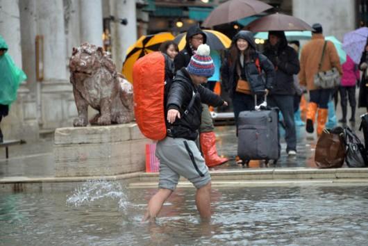 Turysta brodzący w wodzie po ulewie w Wenecji /ANDREA MEROLA /PAP/EPA