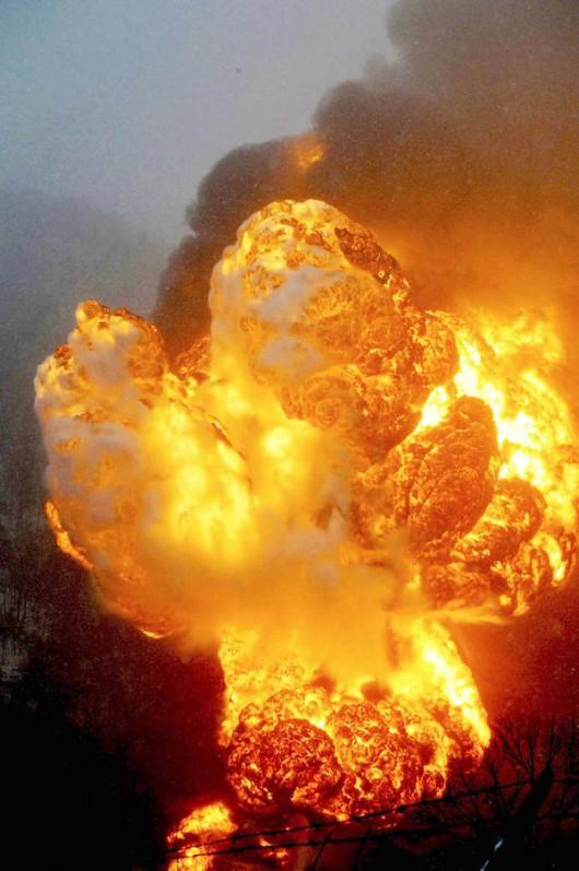 USA - Wykoleił się pociąg przewożący ropę naftową 1