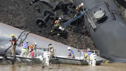 USA - Wykoleił się pociąg przewożący ropę naftową 4