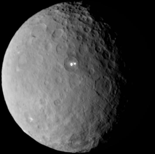 Astronomowie chcą między innymi poznać skąd wzięły się jasne błyski widoczne na zdjęciu z 19 lutego. /NASA/JPL-Caltech/UCLA/MPS/DLR/IDA /
