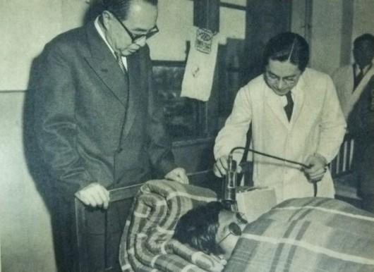 Badanie jednego z rybaków w szpitalu w Tokio. Przez amerykańską tajemnicę wojskową nie było wiadomo jak im najlepiej pomagać