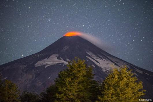 Chile - Ogłoszono pomarańczowy alert, lawa zbliża się do krawędzi krateru w wulkanie Villarica