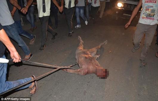 Dimapur, Indie - Wielotysięczny tłum wdarł się do więzienia i zamordował podejrzanego o gwałt