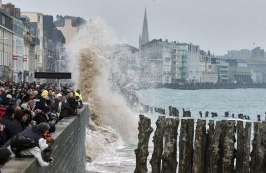 """""""Fale stulecia"""" napierające w brzeg pływowej francuskiej wysepki Mont Saint-Michel (PAP/EPA)"""
