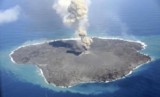 Japonia - Wyspa Nishino-shima i wulkan