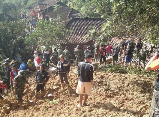 Jawa, Indonezja - Dwanaście ofiar osuwiska ziemi 1
