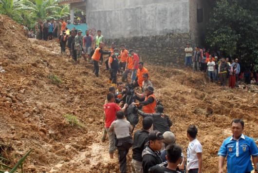 Jawa, Indonezja - Dwanaście ofiar osuwiska ziemi 2