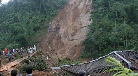 Jawa, Indonezja - Dwanaście ofiar osuwiska ziemi 4