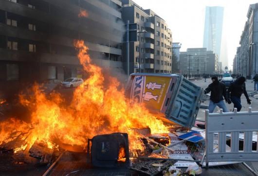 Niemcy - Ponad 200 osób zostało rannych podczas protestów we Frankfurcie nad Menem 8