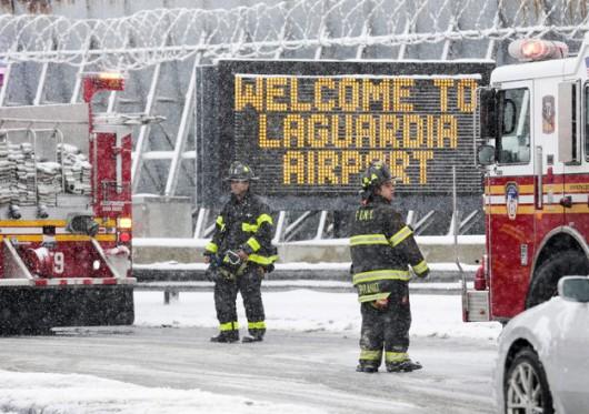 Służby ratunkowe przed lotniskiem LaGuardia w Nowym Jorku