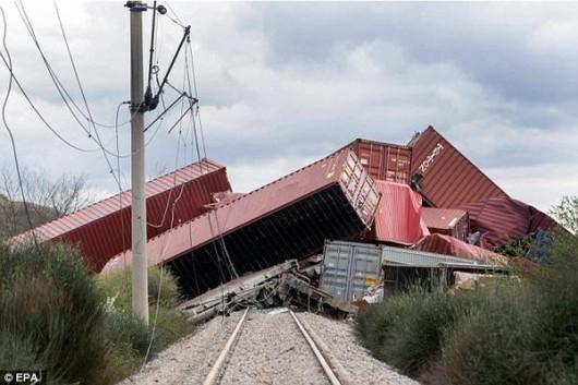 Saloniki, Grecja - Z powodu ulewnych deszczy, osunął się grunt i wykoleiło się 19 wagonów ze sprzętem elektronicznym 1
