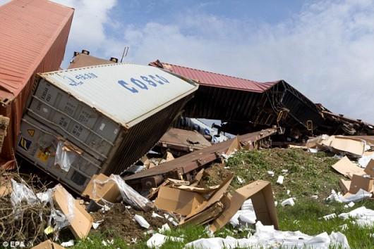 Saloniki, Grecja - Z powodu ulewnych deszczy, osunął się grunt i wykoleiło się 19 wagonów ze sprzętem elektronicznym 2