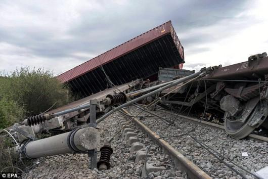 Saloniki, Grecja - Z powodu ulewnych deszczy, osunął się grunt i wykoleiło się 19 wagonów ze sprzętem elektronicznym 3