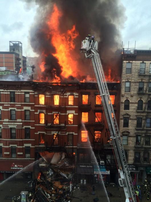 USA - Potężna eksplozja na parterze kamienicy nowojorskiej dzielnicy East Village 7