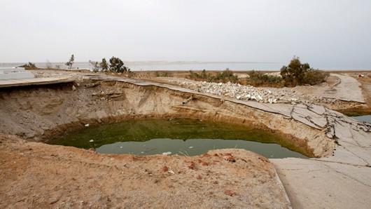 Zapada się wybrzeże Morza Martwego 11