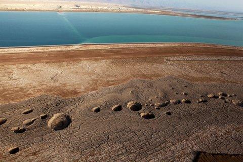 Zapada się wybrzeże Morza Martwego 4