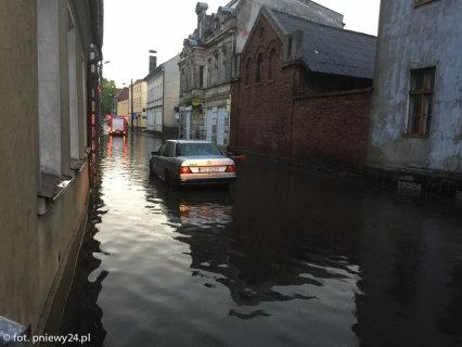 Brzeziny, Polska - Burze i ulewne deszcze, pozalewane domy i samochody 1