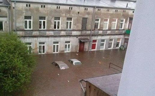 Brzeziny, Polska - Burze i ulewne deszcze, pozalewane domy i samochody 2