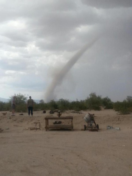 Desert Center, USA - Rzadkie zjawisko, tornado na pustynnym terenie Kalifornii