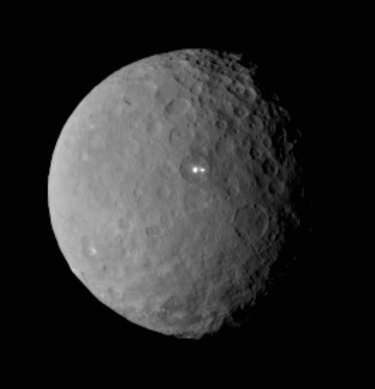 Jasne plamki na powierzchni Ceres /NASA/JPL-Caltech/UCLA/MPS/DLR/IDA /