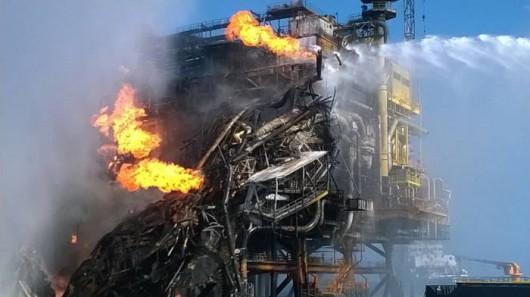 Meksyk - Ogromny pożar na platformie wiertniczej w Zatoce Meksykańskiej 1