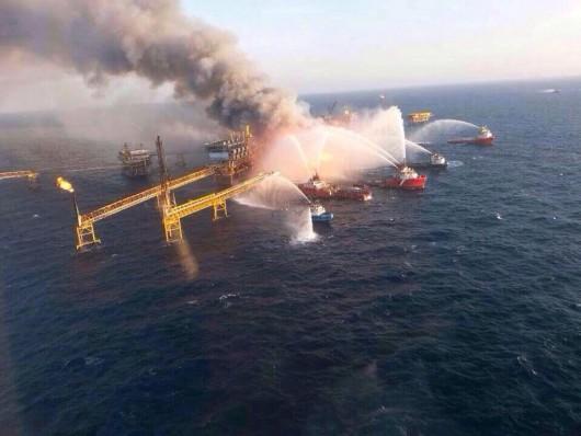 Meksyk - Ogromny pożar na platformie wiertniczej w Zatoce Meksykańskiej 3
