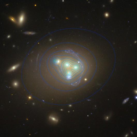 """Na niebiesko zaznaczono kontury obszarów ciemnej materii, po lewej widać obszar przesuniety względem """"swej"""" galaktyki /ESO/R. Massey /"""