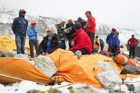 Nepal - Moment zejścia lawiny z Mount Everestu po trzęsieniu ziemi, lawina zabiła 18 osób