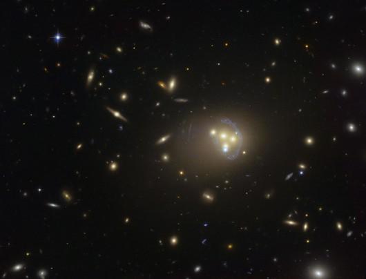"""Obraz gromady Abell 3827 w """"obiektywie"""" teleskopu Hubble'a /ESO /"""