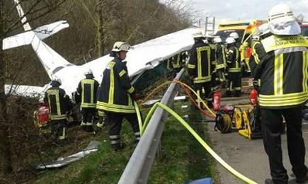 Oldenburg, Niemcy - Awionetka spadła na autostradę A28, nie żyje co najmniej jedna osoba 2