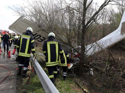 Oldenburg, Niemcy - Awionetka spadła na autostradę A28, nie żyje co najmniej jedna osoba 3