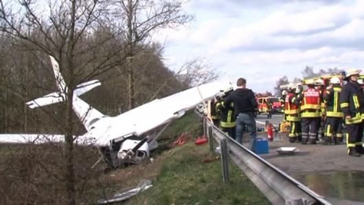 Oldenburg, Niemcy - Awionetka spadła na autostradę A28, nie żyje co najmniej jedna osoba