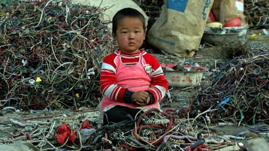 Przy odzyskiwaniu surowców z elektrośmieci pracują także małe dzieci
