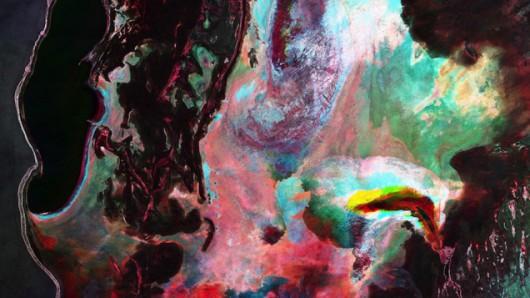 Skany satelitarne Jeziora Aralskiego, barwy reprezentują zmiany stanu wody w czasie