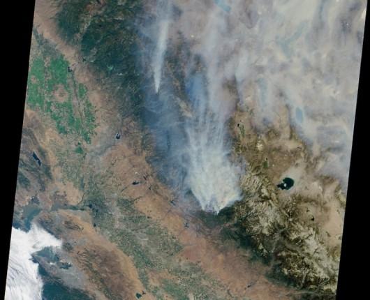 Smugi dymu podczas pożaru w Kalifornii
