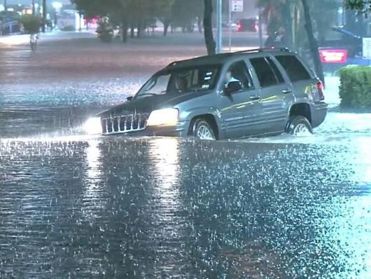 USA - Groźny front atmosferyczny przemieszcza się przez południe kraju, w Houston zalane ulice 1