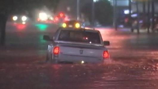 USA - Groźny front atmosferyczny przemieszcza się przez południe kraju, w Houston zalane ulice  2