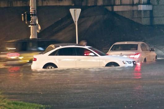 USA - Groźny front atmosferyczny przemieszcza się przez południe kraju, w Houston zalane ulice 3