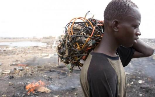 W Ghanie oficjalnie działa tylko jeden zakład recyklingu. Faktycznie m.in. wypalaniem metalu z kabli zajmuje się tysiące osób
