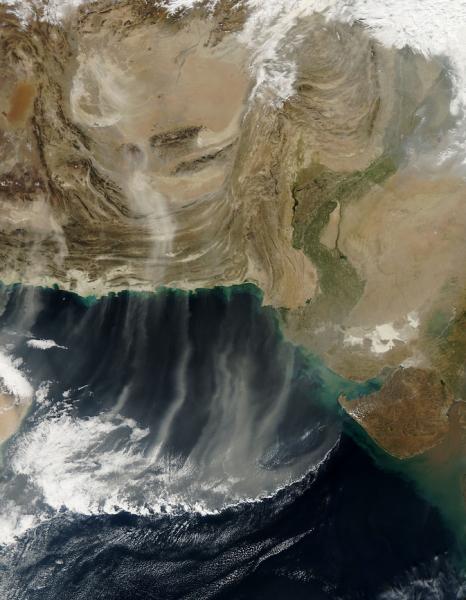 Wiatr niosący pył znad Iranu, Afganistanu i Pakistanu w stronę Morza Arabskiego