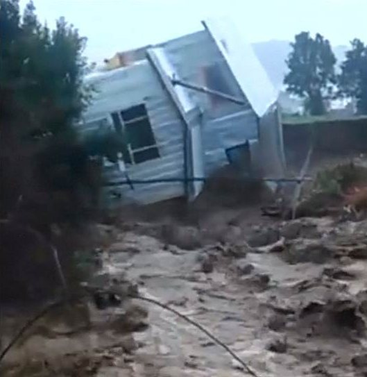 Chile - Przez Los Lagos przetoczyły się nawałnice, fala powodziowa porywała domy