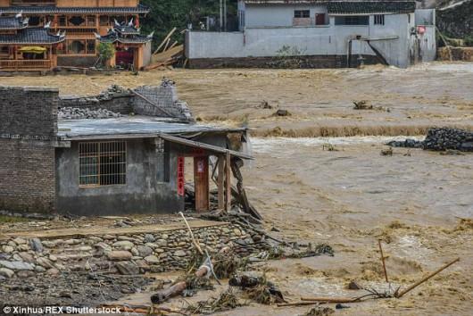 Chiny - Ulewne deszcze spowodowały powódź 3
