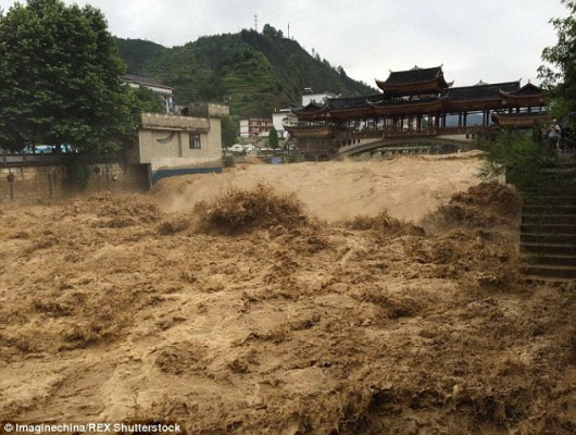 Chiny - Ulewne deszcze spowodowały powódź 4