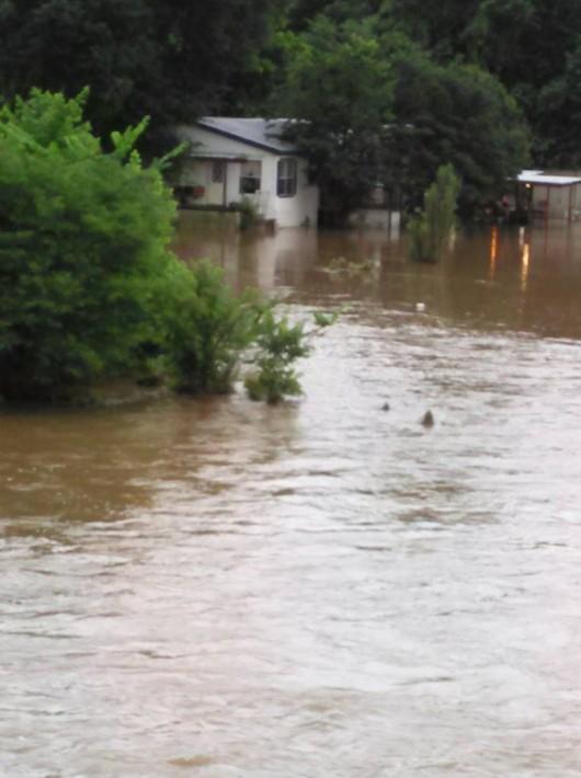 Ekwador - Pływy morskie i obfity deszcz wywołały powódź, wojsko pomaga 1