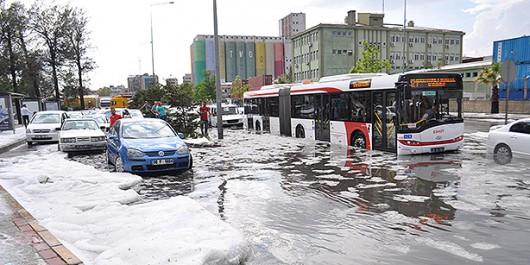 Izmir, Turcja - Ogromne opady przez pół godziny i woda porywała ludzi