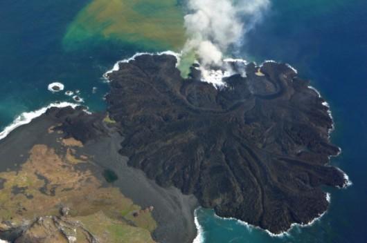Japonia - Od 18 miesięcy trwa erupcja na wyspie Nishinoshima, nowo powstała wyspa ma już 2.5 km2